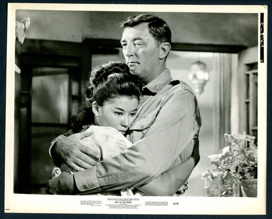 france-nuyen-robert-mitchum-in-man-in-the